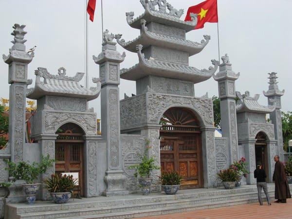 Mẫu cổng tam quan bằng đá xanh tự nhiên nguyên khối đẹp