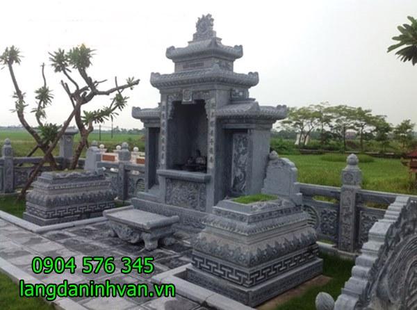 khu lăng mộ gồm lăng thờ chung và hai mộ tam cấp cùng bàn lễ