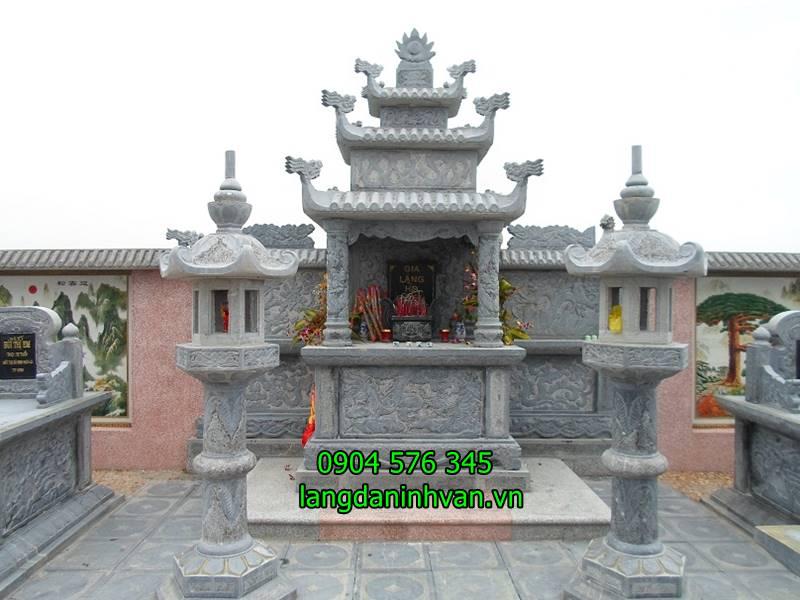 lăng thờ đá được lắp đặt trong khu lăng mộ bằng đá và đèn đá