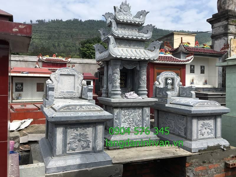 khu lăng mộ gia đinh đẹp gồm 1 mộ 3 mái và 2 mộ không mái