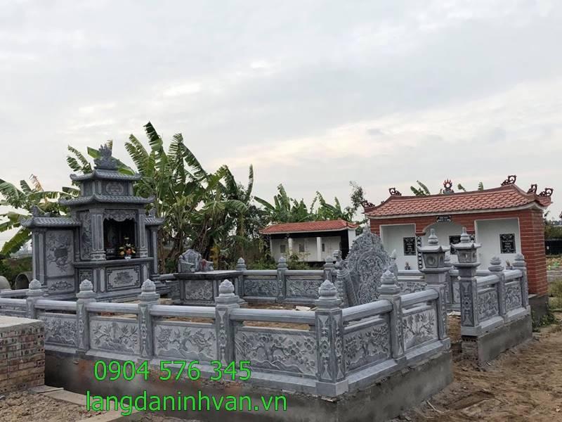 khu lăng mộ bằng đá với lan can đá cổng đá bình phong đá lăng thờ đá và mộ đá