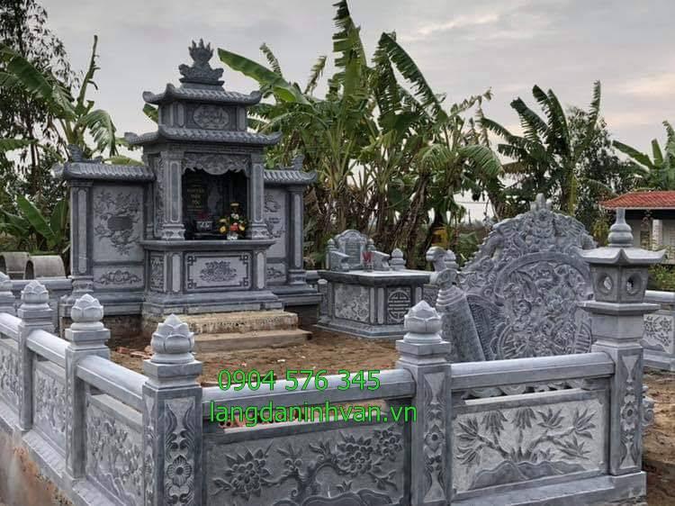 Lắp đặt khu lăng mộ gia tiên bằng đá nguyên khối tại Hòa Bình