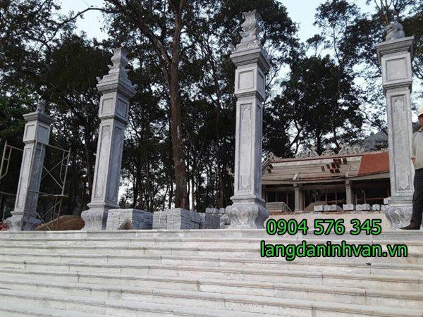 cổng tam quan tứ trụ được lắp đặt ở đình làng