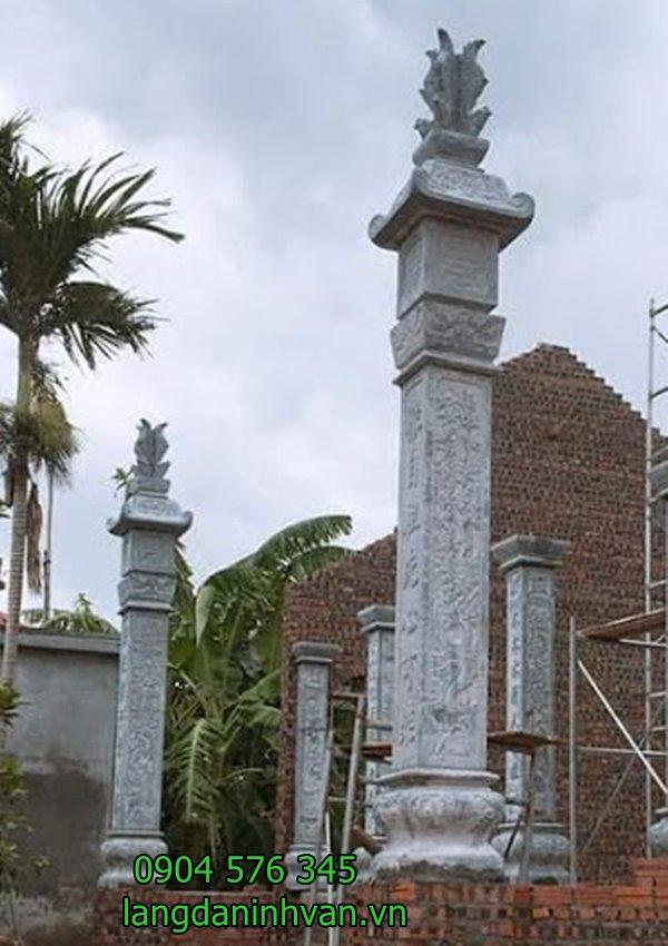 2 cột đồng trụ 2 bên nhà thờ họ