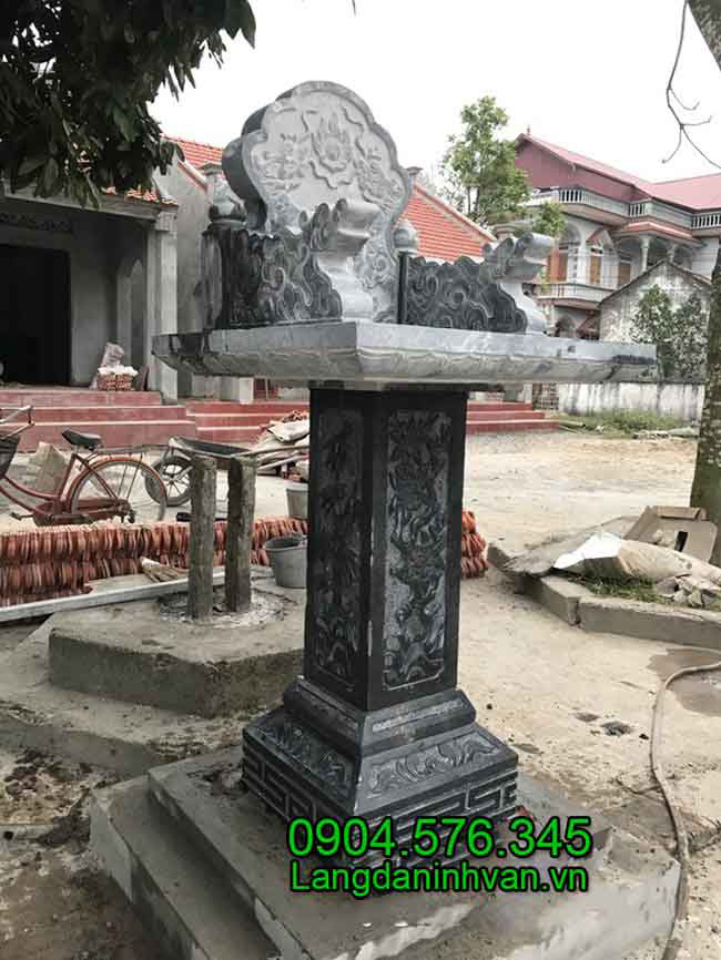 Mẫu am thờ trước nhà bằng đá