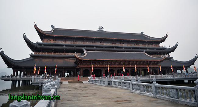 Hàng rào bằng đá được sử dụng ở chùa tam chúc