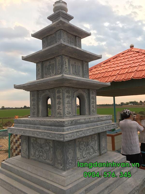 một tháp bằng đá đựng tro cốt tại long an