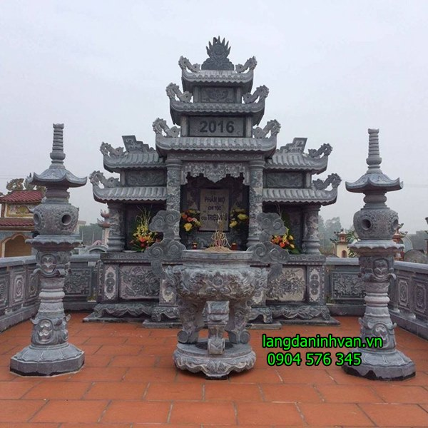 khu lăng mộ gia đình bằng đá với lăng thờ chung và lư đèn bằng đá tự nhiên