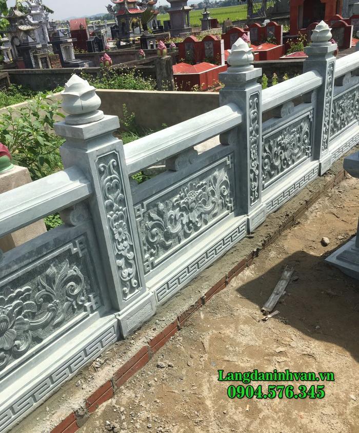 Hàng rào bằng đá xanh rêu